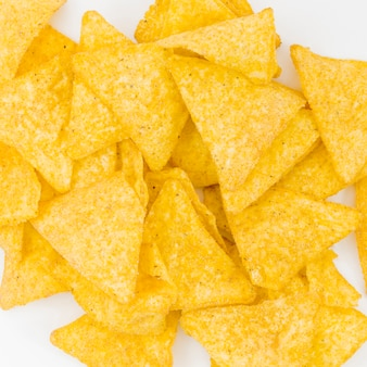 Pila di nachos su sfondo bianco