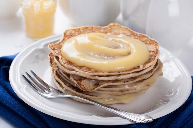 Pila di pancake con cagliata di calce fatta in casa.