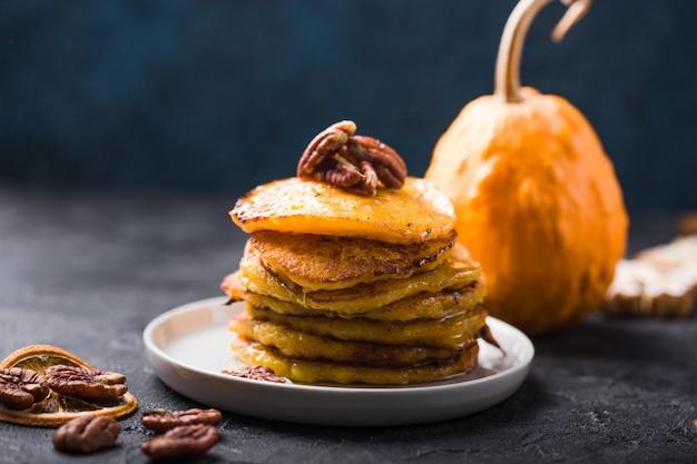 Pila di pancake di zucca con salsa al caramello e noci pecan
