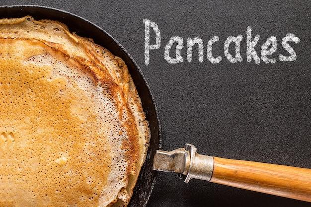 Pila di pancake su una padella e lavagna di ghisa