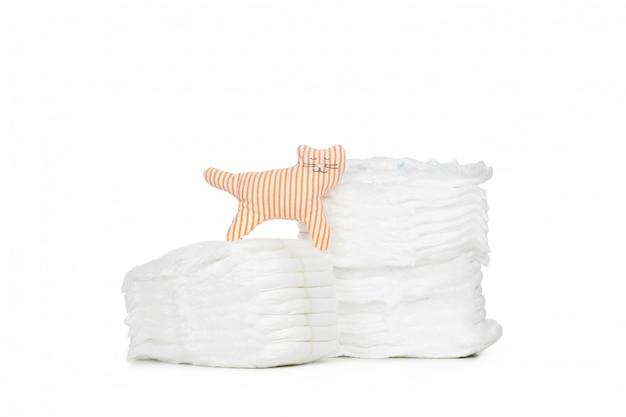 Pila di pannolini isolata su fondo bianco
