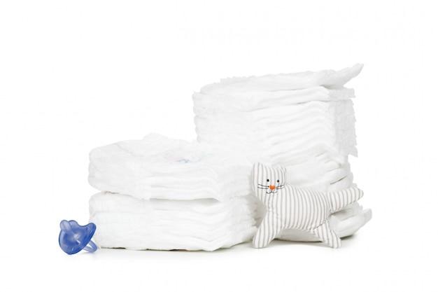 Pila di pannolini isolati su bianco