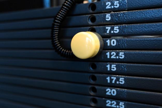 Pila di pesi in una palestra. equipaggiamento da palestra