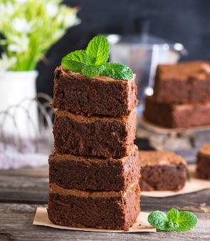 Pila di pezzi quadrati di torta brownie al forno marrone