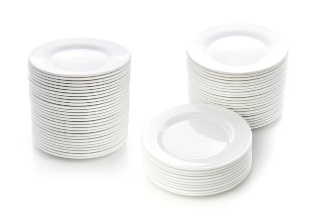 Pila di piatti isolati su bianco