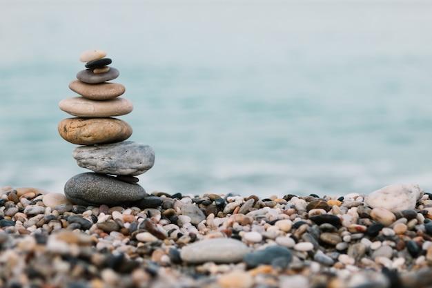 Pila di pietre del ciottolo sull'oceano. concetto pacifico e calmo