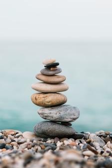 Pila di pietre di ghiaia sulla spiaggia. spa e concetto spirituale