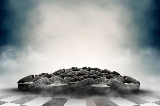 Pila di pneumatici in gomma usati con lo smog