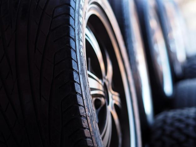 Pila di pneumatici nuovi nel servizio di installazione di pneumatici.