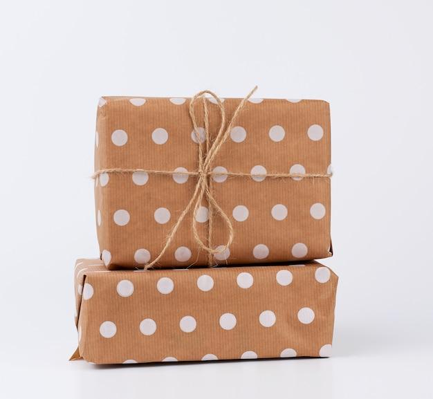 Pila di regali in scatole avvolte in carta kraft marrone e legate con una corda