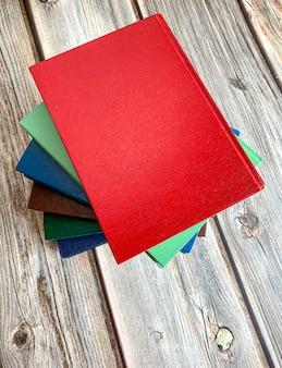 Pila di romanzi sul pavimento di legno