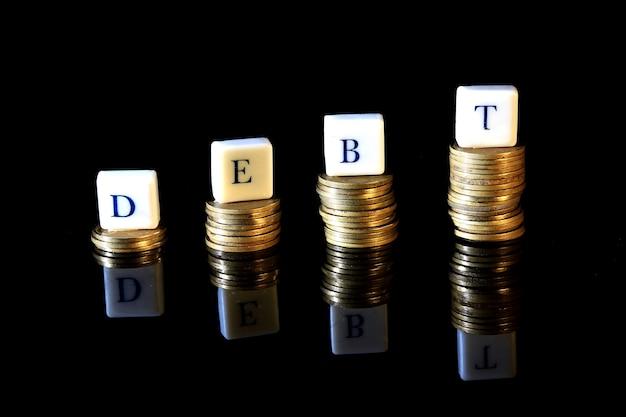 Pila di rupia dorata, moneta dell'indonesia, illustrazione per debito