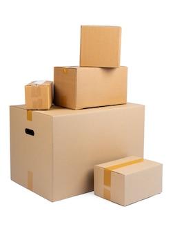 Pila di scatole di cartone isolate su bianco