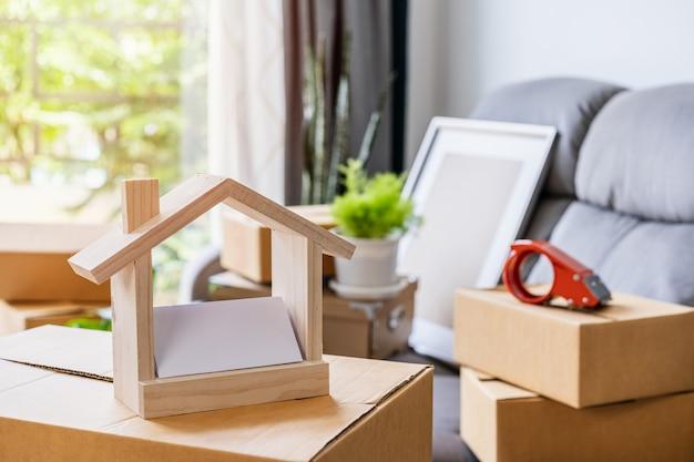 Pila di scatole di cartone nel soggiorno nella nuova casa il giorno del trasloco