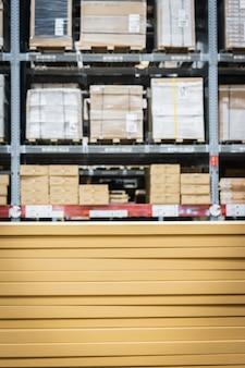 Pila di scatole di cartone nell'industria astuta del magazzino logistica.