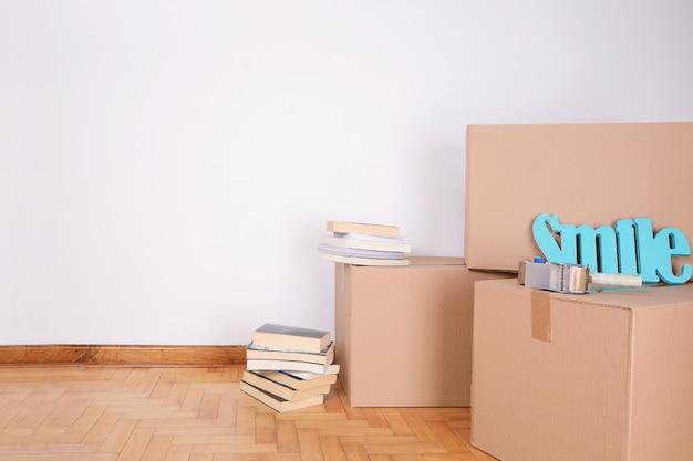 Pila di scatole di cartone nella stanza vuota