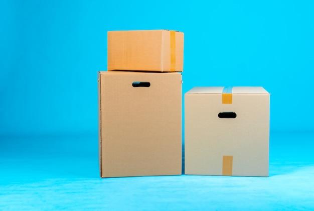 Pila di scatole di cartone su fondo blu