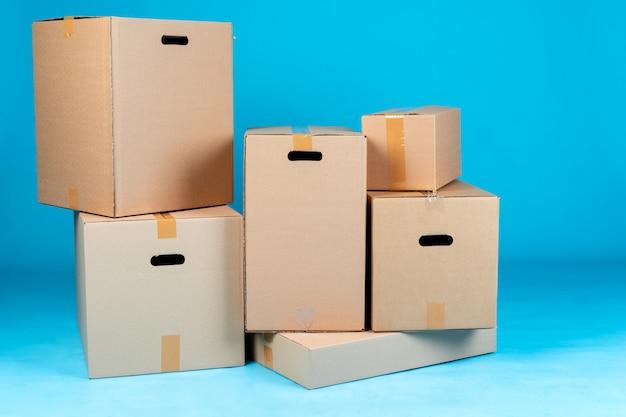 Pila di scatole di cartone sul blu