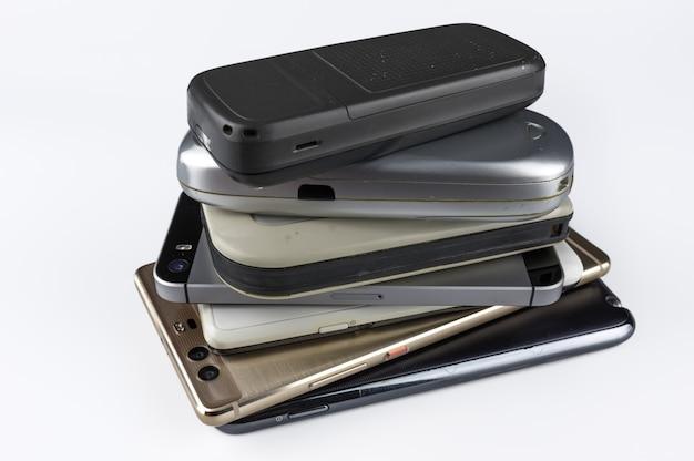 Pila di smartphone di fascia alta sulla scrivania bianca.