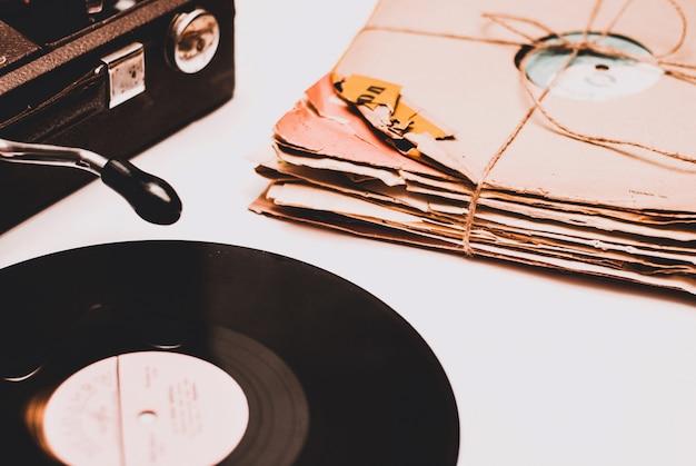 Pila di vecchi dischi in vinile polverosi graffiati legati con la corda
