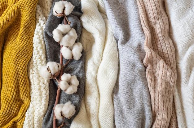 Pila di vestiti a maglia con cotone, concetto autunno inverno.