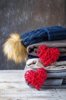 Pila di vestiti caldi a maglia