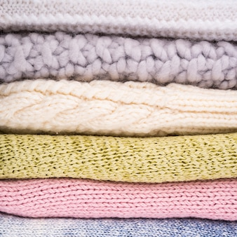 Pila di vestiti di lana all'uncinetto