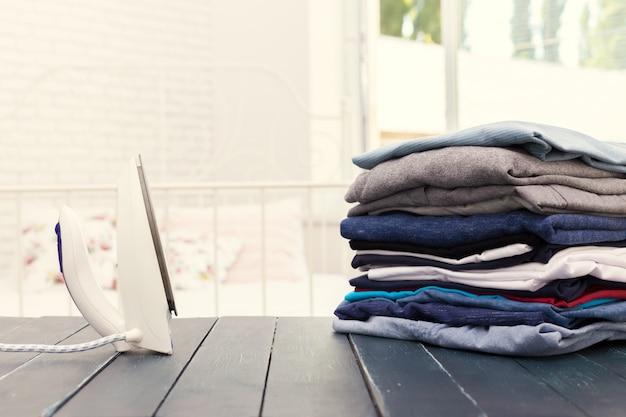 Pila di vestiti