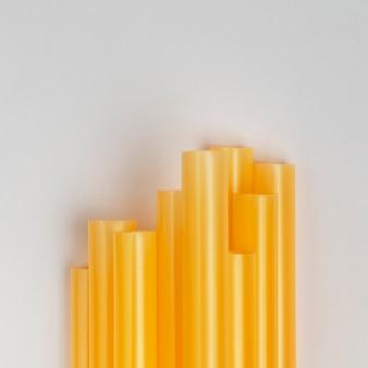 Pila di vista superiore di cannucce di plastica gialle