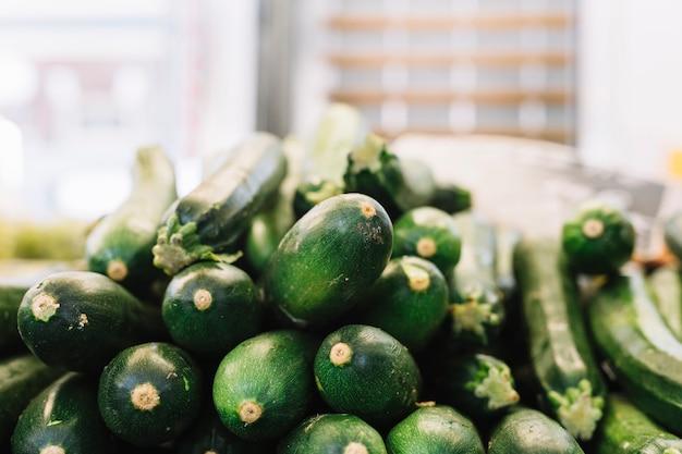 Pila di zucchine verdi