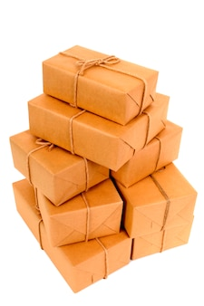 Pila disordinata di pacchetti di carta marrone