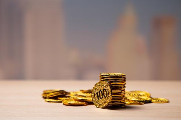 Pila dorata delle monete con lo spazio della copia