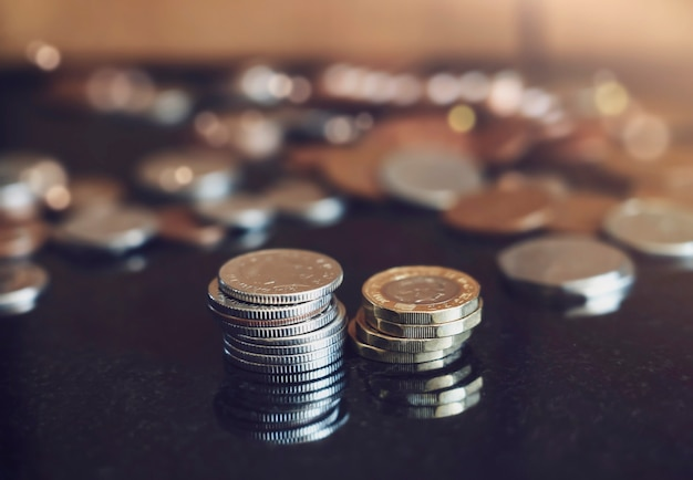 Pila due nuove monete da una libbra con sfondo sfocato penny