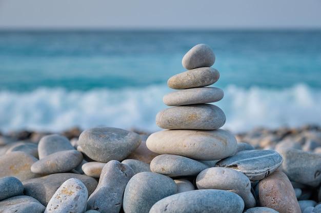 Pila equilibrata di pietre di zen sulla spiaggia
