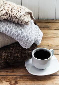 Pila piegata maglione accogliente maglia