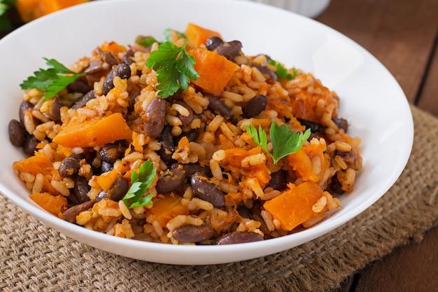 Pilaf di verdure vegano messicano con fagioli e zucca