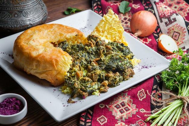 Pilaf di vista laterale in una pita con con erbe, cipolle e spezie. piatto orientale tradizionale su una superficie di legno scuro orizzontale