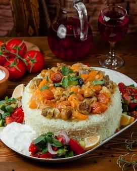 Pilaff di riso a strati con carne, frutta secca e castagna