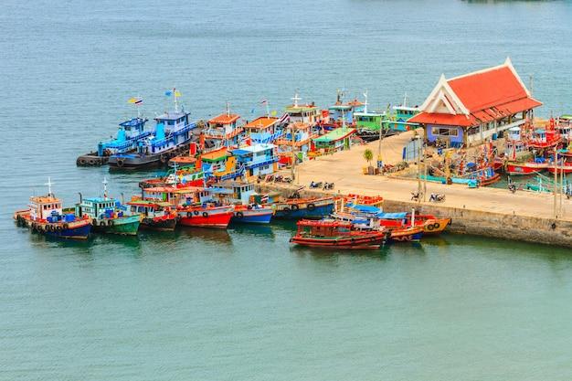 Pilastro del piccolo villaggio in tailandia
