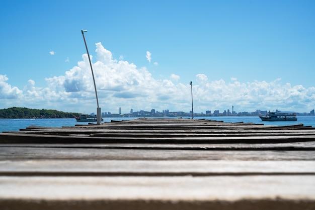 Pilastro del ponte di legno in mare a khao lan, di fronte alla spiaggia della città di pattaya, la tailandia