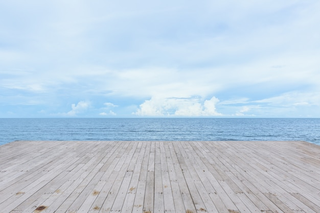 Pilastro di legno vuoto della piattaforma con il fondo di vista sull'oceano del mare calmo e tranquillo