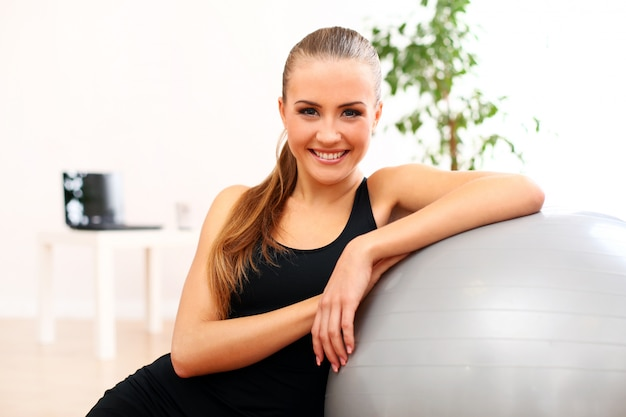 Pilates di pratica della giovane donna