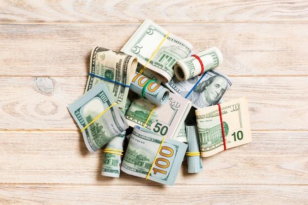 Pile di banconote da cento dollari