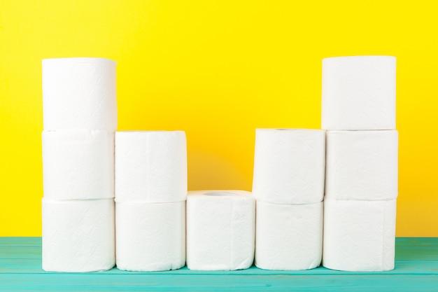 Pile di carta igienica su giallo brillante