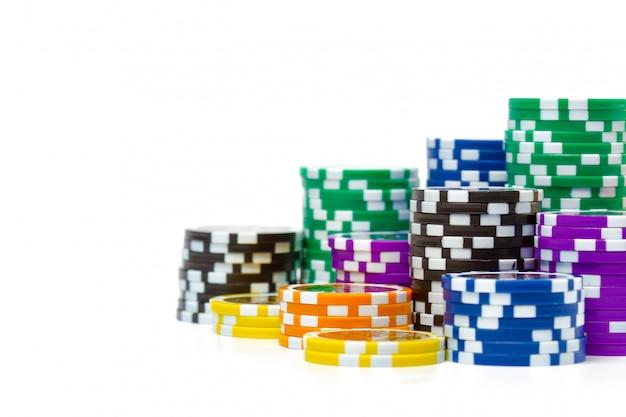Pile di fiches da poker isolato su sfondo bianco