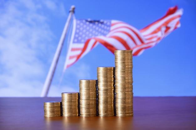 Pile di monete d'oro disposte come un grafico. crescente colonne di monete