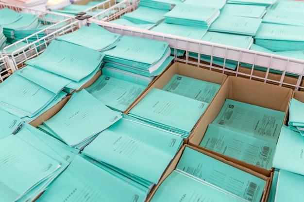 Pile di quaderni di scuola in vendita nel negozio. l'inizio dell'anno scolastico. vista dall'alto.