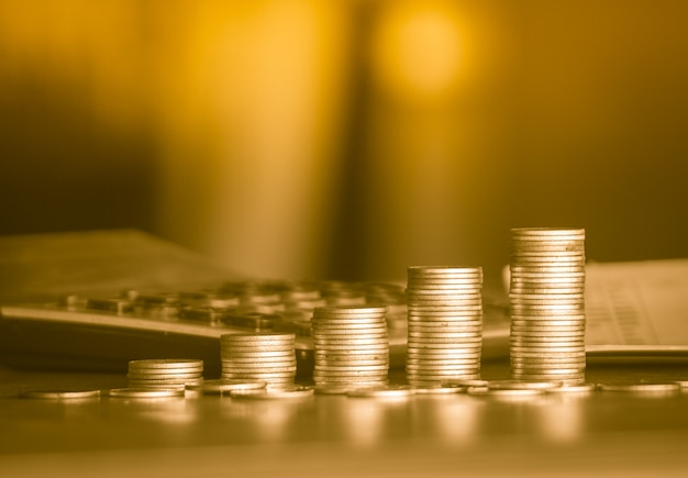Pile di soldi d'oro moneta sfondo concetto risparmio di denaro