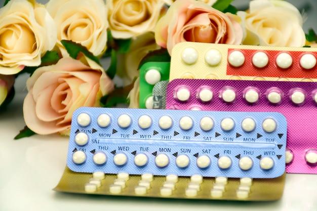 Pillola contraccettiva orale sul bancone della farmacia.