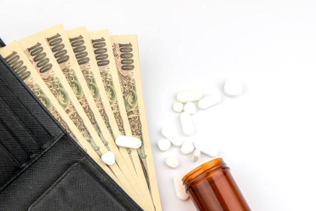Pillola e capsule della medicina che si rovesciano dalla bottiglia di pillola